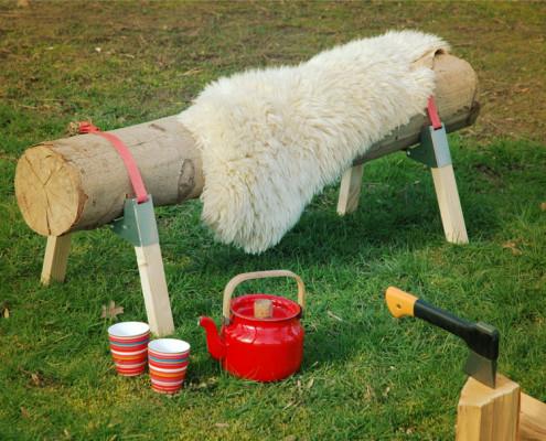 Bosbank met schapenvel